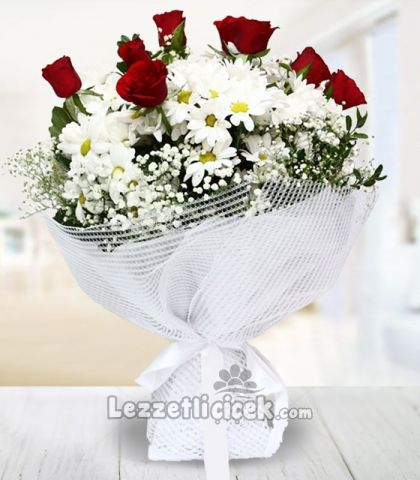 güller ve papatya buketi
